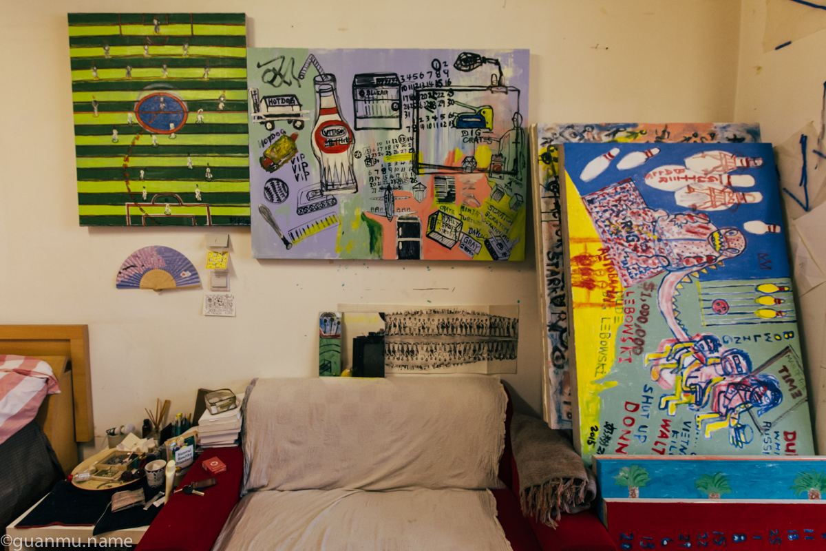 奶粉说他最近特别喜欢把画布当成笔记本,想到什么看到什么就画在上面。上图中间就是他最新的一副作品。