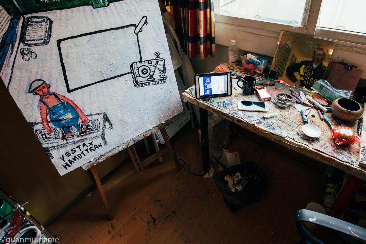 桌角的平板电脑就是奶粉的音响,打开虾米音乐也是起床后与泡茶同步进行的事情。