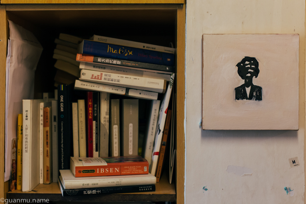 书架边墙上挂的小画是奶粉的朋友,时装设计师张达画的。
