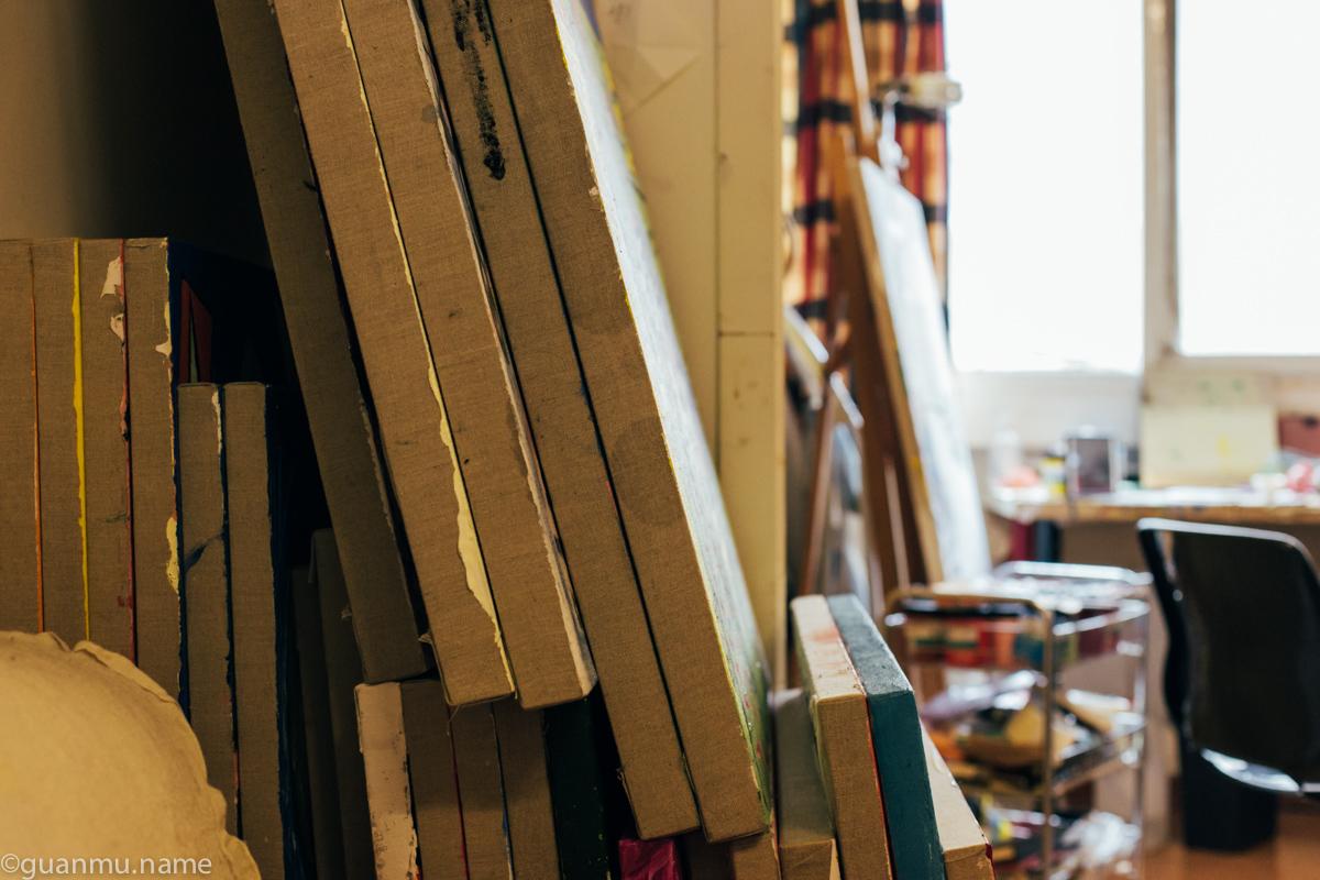 家,既是画室也是画廊,但是画越来越多,奶粉说明年想要找个工作室。